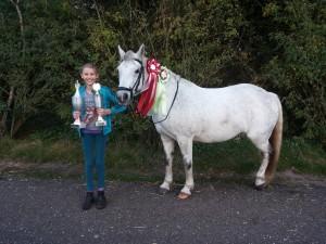 Silvar Moon og Agnes efter en succesrig stævneweekend. Korrekt fodring, hjælper hesten til, at have energi nok til hele weekenden. Venligst udlånt af Kristine Gundelach.